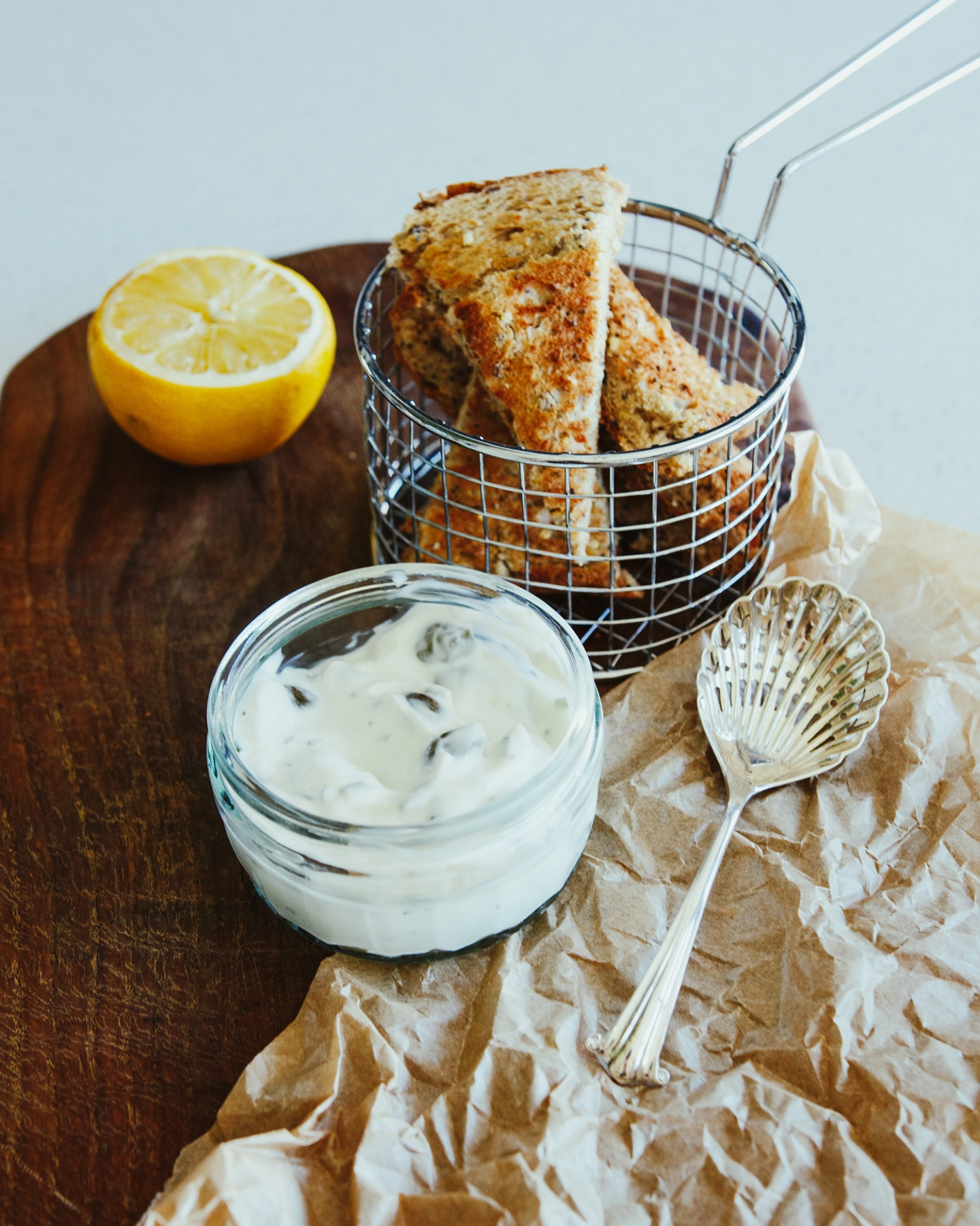 Yoghurt dip with bread